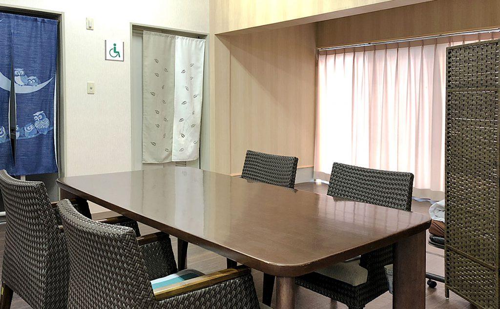 通所介護事業所 エルスリー鳥取 / テーブルを囲んで楽しい会話が弾みます