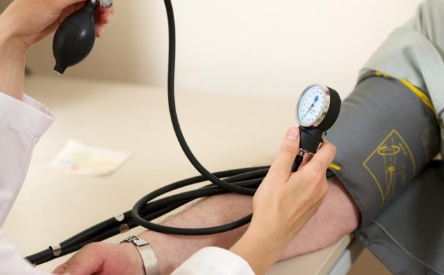 血圧、体温、呼吸、脈拍などのチェックや病状変化の観察を行います